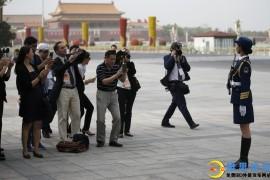 三军仪仗队女兵引记者争相拍照-这才是军中之花啊