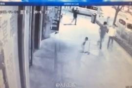 延安市洛川县一男子殴打扫地小男孩 路过市民全然漠视