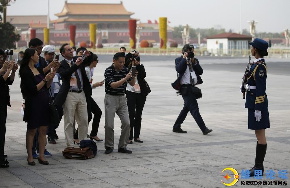 三军仪仗队女兵引记者争相拍照-这才是军中之花啊第1张-菜鸟分享