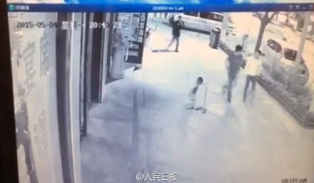 延安市洛川县一男子殴打扫地小男孩 路过市民全然漠视第1张-菜鸟分享