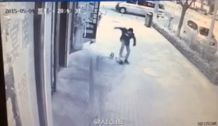 延安市洛川县一男子殴打扫地小男孩 路过市民全然漠视第2张-菜鸟分享