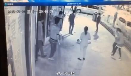 延安市洛川县一男子殴打扫地小男孩 路过市民全然漠视第5张-菜鸟分享