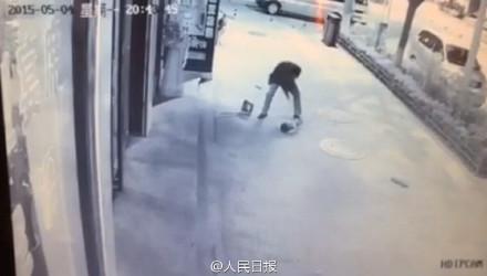 延安市洛川县一男子殴打扫地小男孩 路过市民全然漠视第3张-菜鸟分享